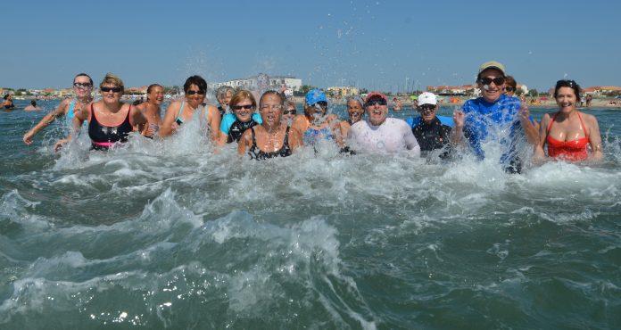 Les adeptes dusea-fitness font du sport dans l'eau de mer. Pratique vertueuse et bonne pour la santé