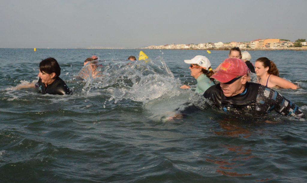 Thierry Roudil encadre un groupe de sportifs qui pratiquent le sea-fitness