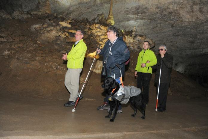 Expérience sensorielle avec des malvoyants dans la grotte de Chorange (Isère)