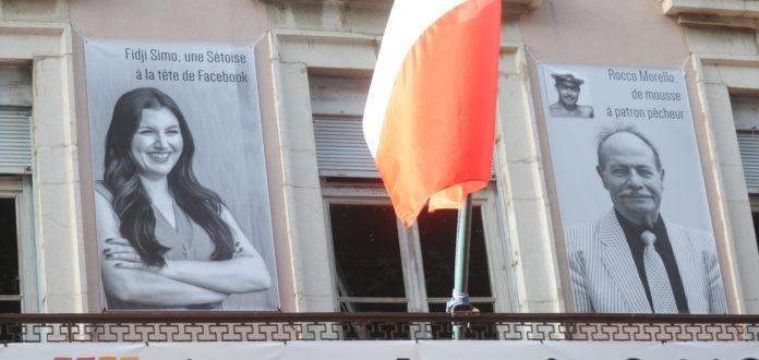 Fidji Simo, affichée en fronton de la mairie de Sète avec son grand-père Rocco.