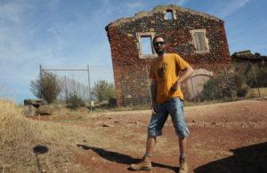 Benoit va installer sa famille et son atelier dans cette maison en ruines de Celles. Photo topsud news