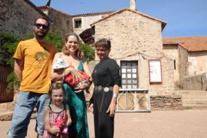 Benoit, Caroline, leurs filles avec Joëlle Goutal, la maire. Phototopsudnews