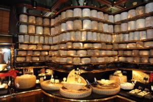 Les Grands Buffets de Narbonne proposent le plus grand plateau de fromages du monde présenté dans un restaurant. Issus des caves des caves des plus grands maîtres affineurs. photo topsud news