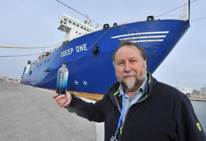 Ôdeep one, le géant des mers et Régis Revilliod, le présdent d'OFW group. Avant le départ du port de Sète pour la première campagne de pêche. (c) topsud news