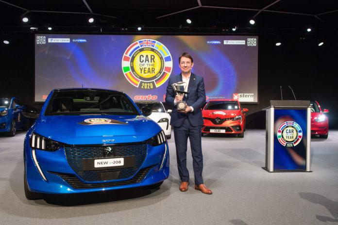 2020-GIMS-Geneva. Frank Janssen, président du jury de Car of the year, avec le trophée 2020.