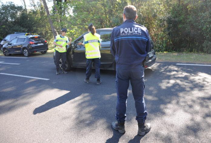Pas de vacances pour la police qui contrôle ici l'entrée de La Grande-Motte