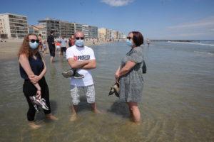 Respect des  gestes barrière pour cette famille du Gard sur la plage de Palavas-les-flots (C) topsudnews