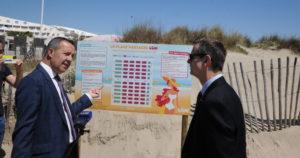 Stéphan Rossignol le maire de La Grande Motte et le préfet de l'Hérault Jacques Witkowski devant le plan des emplacements de la plage du Couchant. (c) topsud news