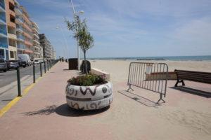 Palavas-Les-Flots (Hérault).  Les immeubles, la rue, puis le trottoir, puis la plage qu'il convient de déverrouiller pour éviter l'affluence en bord de chaussée. (c) Topsud News.