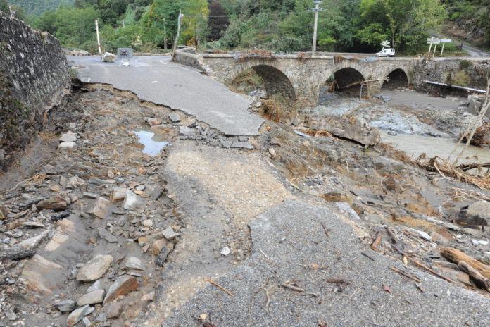 Ponts et routes détruites par la violence des eaux du Gardon. Ici à l'Estréchure (Gard). (c) christian Goutorbe