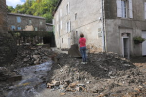 Un ruisselet affluent du Gardon a rempli la rue principale de pierres et de terre arrachées à la montagne