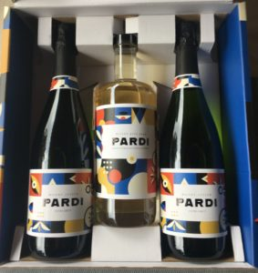 la box de Pardi : deux bouteilles de bulles et une bouteille de liqueur